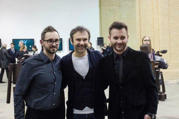 Святослав Вакарчук (в центре) и кураторы выставки