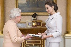 Елизавета II наградила Джоли почетным орденом