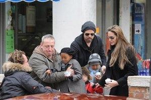 Джоли не разрешила детям скупить весь магазин игрушек