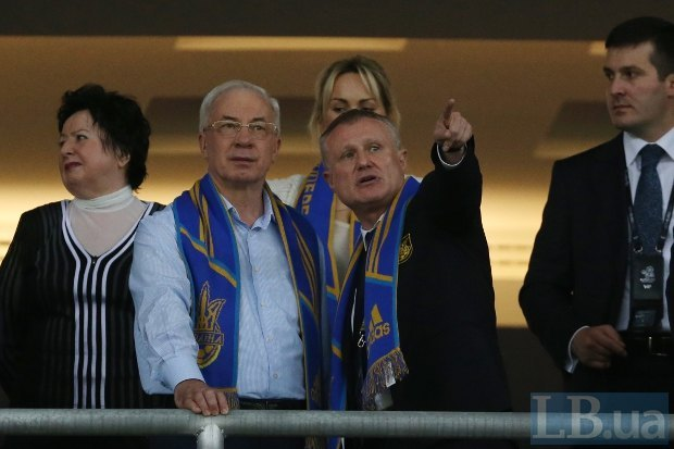 Премьер-министр Николай Азаров с супругой Людмилой и президент ФФУ Григорий Суркис