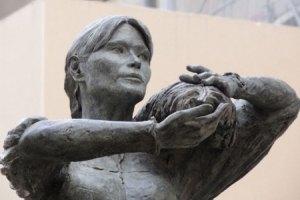Во Франции установили памятник с лицом Карлы Бруни