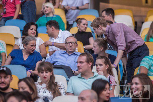 Глава представительства Евросоюза в Украине Януш Томбинский (в центре в очках)