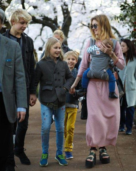 Наталья Водянова со старшими детьми и десятимесячным сыном