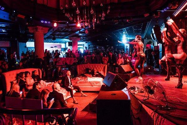 Гости в кроватях, артисты - на сцене