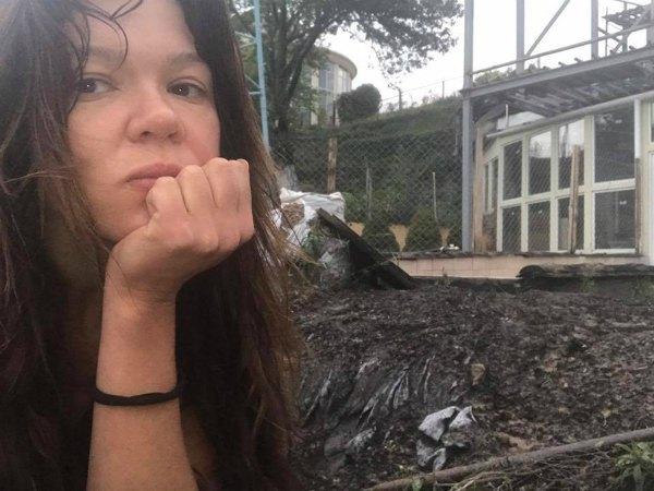 Руслана на пожарище возле своего дома