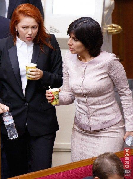 А Алена Шкрум (слева) верна своему деловому стилю