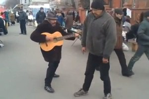 В Мариуполе бомжи устроили рок-концерт с танцами Майкла Джексона