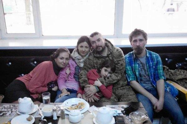 Максим с женой и дочкой весной 2015 года.
