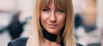 Леся Никитюк рассказала, что проверяла прочность дорогой сумки банками с огурцами