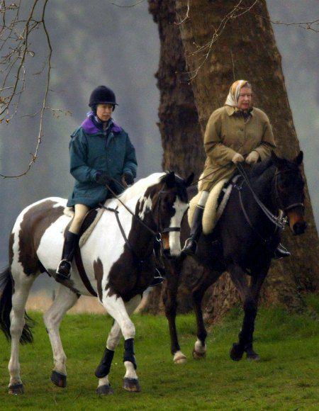 Королева с дочерью, принцессой Анной, во время конной прогулки в 2002 году