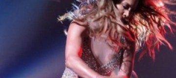 Дженнифер Лопес сверкнула грудью на концерте