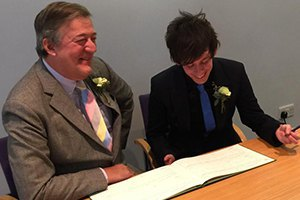 Стивен Фрай связал себя узами брака с молодым партнером