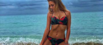Жена футболиста украинской сборной похвасталась шикарной фигурой в бикини