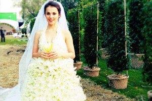 Сати Казанова примерила свадебное платье из лилий