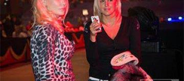 Клочкова носит футляр со своим изображением