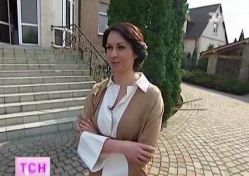 Оксана Калетник встретила журналистов в атласном халате