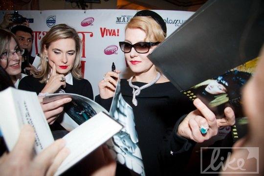 Рената Литвинова оставила автографы всем желающим