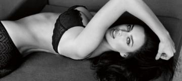 Ирина Шейк соблазнительно разделась в рекламе белья