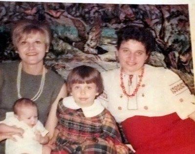 """""""Моя мама на крестинах своего первого внука, моего племянника Миши, с его крестной мамой и со мной, 1966 год"""", - написала Екатерина Ющенко"""