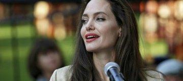 Сияющая Джоли в платье без бюстгальтера представила новый фильм