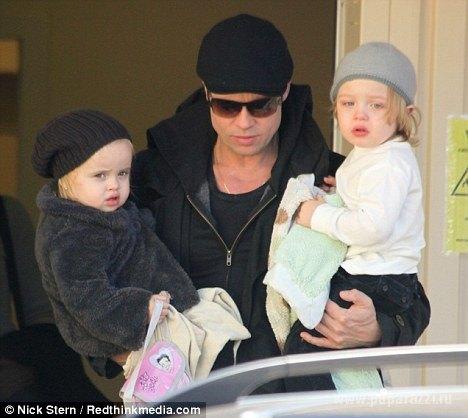 Заботливый папа Брэд Питт с близнецами Ноксом и Вивьен