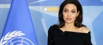 Джоли встретилась с генсеком НАТО и первой леди Франции