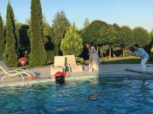... а потом что-то пошло не так и Недельская оказалась одетой в воде