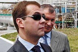Российский премьер носит женские очки