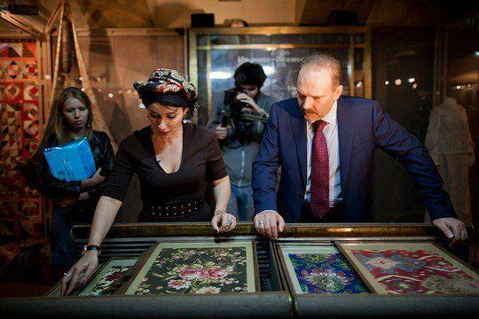 Ивановский губернатор Михаил Мень демонстрирует Канделаки коллекцию ситца