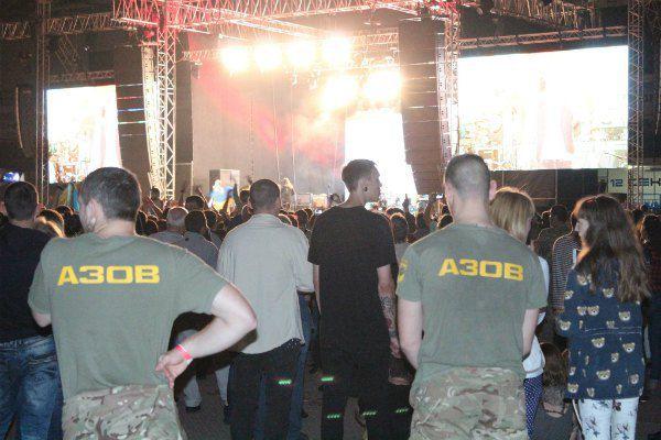 """Наануне концерта в городе ходили слухи, что половину мест в зале отдадут военным и """"Азову"""". А еще шутили, что тех, кто участвовал в референдуме, внутрь не пустят"""