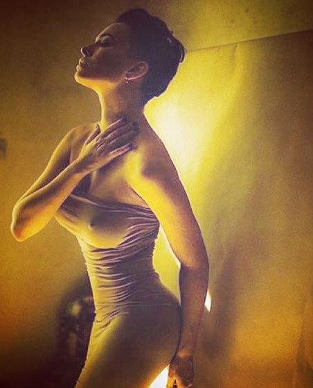 Даша Астафьева показала страсть в медовых тонах