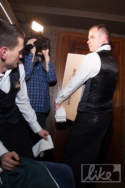 В vip-комнату занесли ящик шампанского