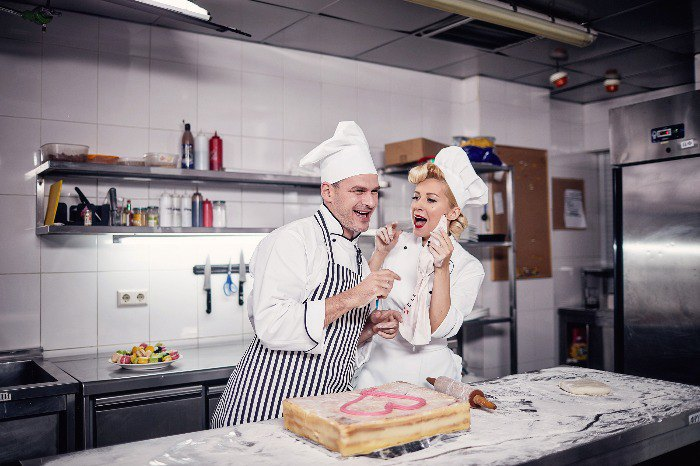 Арсен Мирзоян играл сурового шеф-повара, а Тоня Матвиенко - его милую, но неуклюжую помощницу