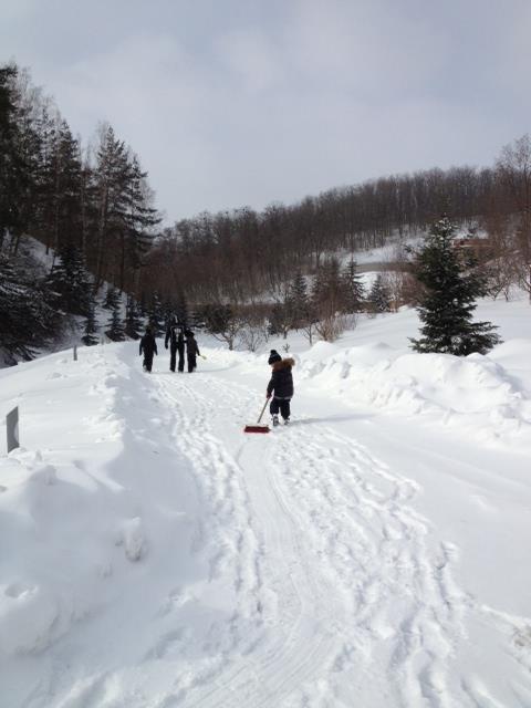 Сергей Тигипко с детьми на уборке снега