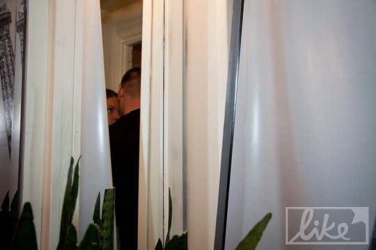 Пока в гримерной была Ольга, у входа дежурили два охранника