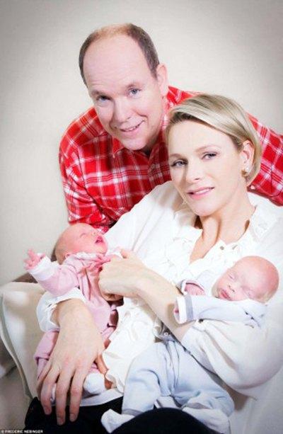 Альбер II и княгиня Монако Шарлин Уиттсток с детьми
