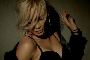 Alloise показала в новом клипе лесбийскую страсть