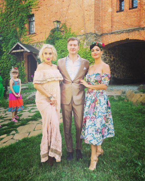 Нана и Даша со своим продюсером Никитиным на его свадьбе
