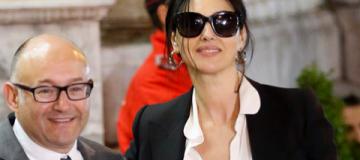 Моника Белуччи в блузе не по размеру показала пышный бюст