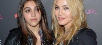 Мадонна наказала дочь за курение