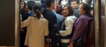 Двое мужчин в метро Пекина подрались из-за свободного места