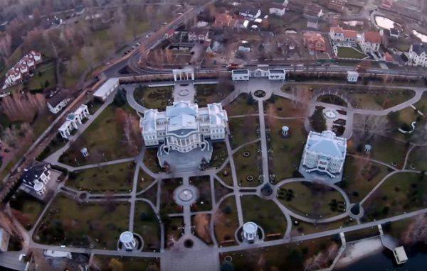 На участке расположены два основных здания, которые по размеру и архитектуре напоминают скорее дворцы, и несколько домов поменьше