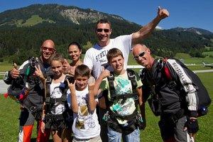 Виталий Кличко с семьей прыгнул с парашютом