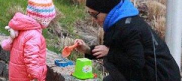 Ани Лорак застали с дочкой в песочнице