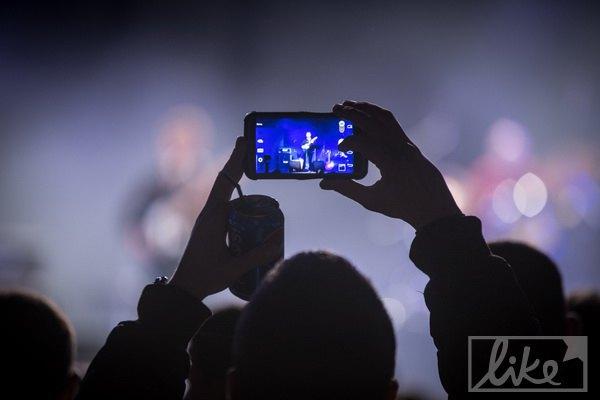 Тот концерт, на котором делали фото исполнителей, а не селфи