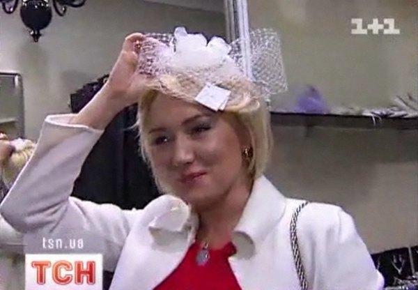 Наталья примерила шляпку и диадему