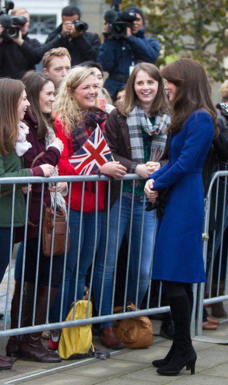 Кейт - сама элегантность: легкое пальто цвета электрик подчеркивало изящную фигуру герцогини