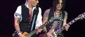 На концерте в Москве Джонни Деппа забросали лифчиками
