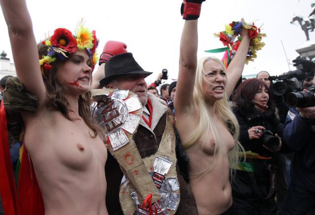 бьют голых женщин фото