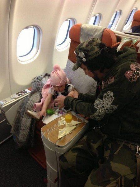 Филипп Киркоров с дочерью в бизнес-классе обычного самолета
